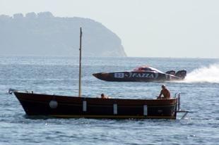 الإمارات: تحذيرات بعدم الاقتراب من سفن البحرية أكثر 800 متر