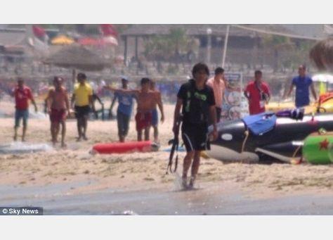 تونسيون شكلوا دروعا بشرية لحماية السياح من رصاص الهجوم الإرهابي