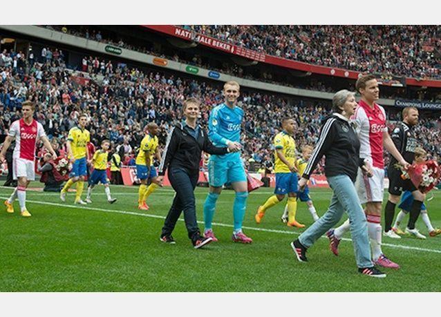 """لاعبو فريق """"إياكس"""" يخرجون إلى أرض الملعب برفقة أمهاتهم"""