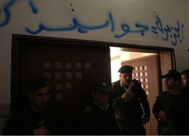 """فلسطينيون يحاولون حرق مقر قناة الجزيرة احتجاجاً على وصف """"عرفات"""" بـ """"الخائن"""""""
