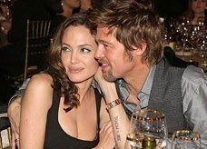 إنجلينا جولي تهدي براد بيت طائرة مروحية بمليون دولار