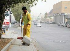 حقوق الإنسان السعودية: من غير المقبول أن يعمل عمال النظافة بـ 250 ريال شهرياً