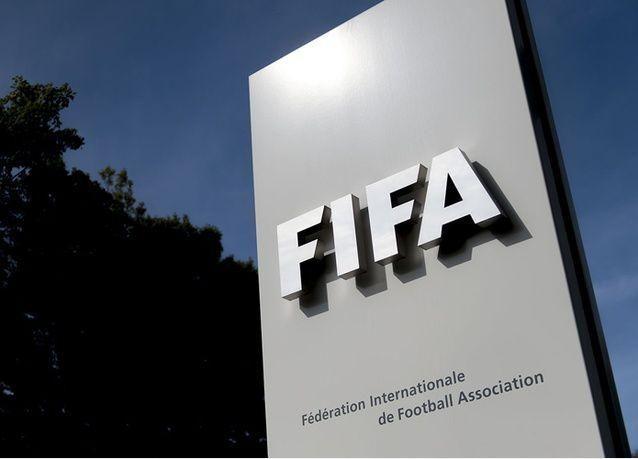 السلطات السويسرية تجمد أرصدة تخص الفيفا