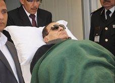 """عقب سقوطه بسجن طرة.. إصابة """"مبارك"""" بكسور في الأضلع"""