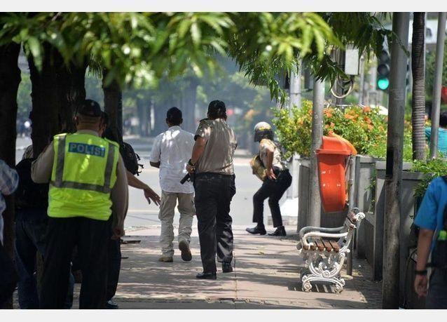 انفجارات وتبادل لاطلاق النار في العاصمة الاندونيسية ومقتل 3 على الاقل