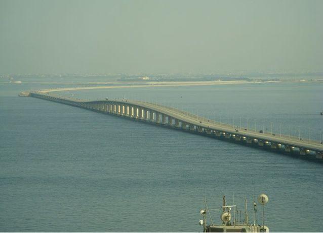 البحرين تحقق في عمليات غسل أموال بالمليارات يتم إدخالها عن طريق جسر الملك فهد وتحويلها للإمارات