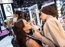 الإمارات تفوق بريطانيا وفرنسا في الإنفاق على مساحيق التجميل وأدوات الزينة