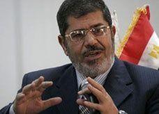 """صحيفة سعودية تنشر صورة مؤسس إخوان مصر وهو يقبل يد مؤسس السعودية في تقرير حول زيارة """"مرسي"""" للملكة"""