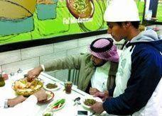 شاب سعودي يعمل نادلاً ويتمسك بوظيفته