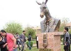 حزب الحمير في كردستان العراق يدشن تمثالاً لرمزه