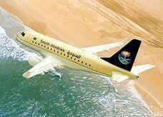 ركاب على الخطوط السعودية يحتجون لقيام مضيف بدفع سيدة ناقشته عن سوء التكييف