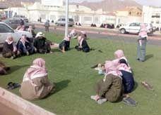 مواطنون سعوديون يحتشدون أمام قصر أفراح بسبب أنباء حول توزيع أموال