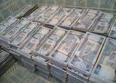 ضبط مسؤول سعودي يحمل 800 ألف ريال والسلطات تتحفظ على المبلغ