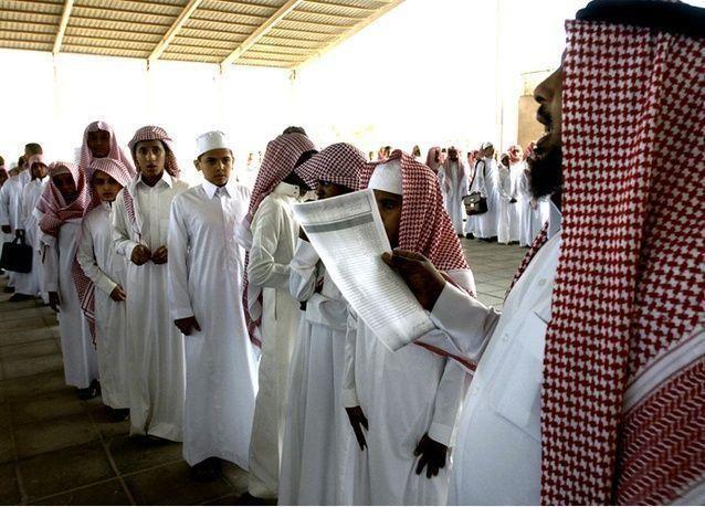 دليل الأداء المدرسي السعودي : حسم 500 نقطة عن كل طالب لا يؤدي النشيد الوطني