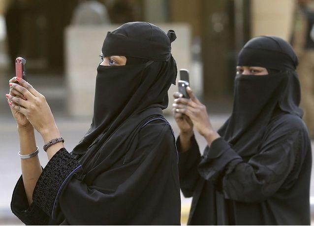"""5625 سعودية يتأهبن لدخول سوق العمل في """"صيانة الجوالات وبيعها"""""""