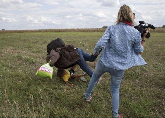 تونسيون يعطلون موقع قناة تلفزيونية مجرية عملت بها مصورة ركلت مهاجرين