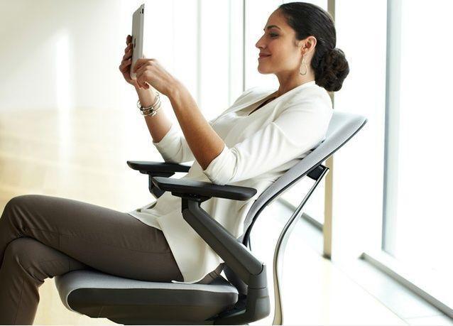 """دراسة عالمية من """"ستيلكيس"""": تطور أوضاع للجلوس في بيئة العمل بسبب استخدامات التكنولوجيا المتنقلة"""