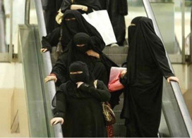 فيديو: مقيم متنكر بزي امرأة يثير الرعب داخل سوق سعودي ظناً أنه انتحاري