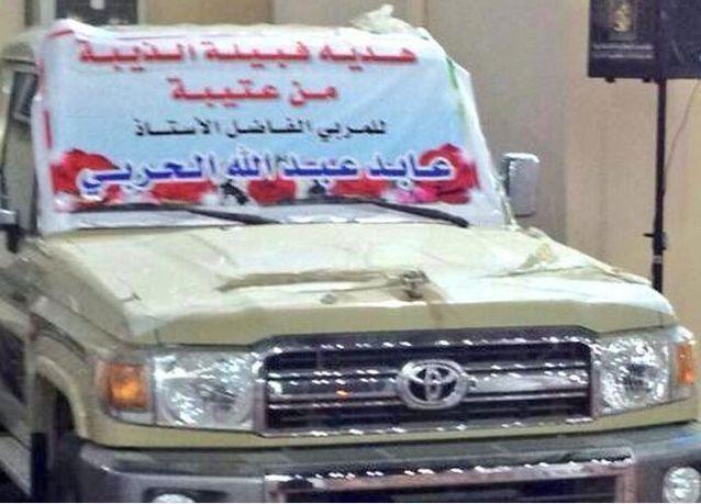 سعوديون يهدون معلمهم سيارة فاخرة رداً لجميله