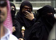 سعوديات ثريات يستغلن فقر شبان ويعرضن عليهم الزواج