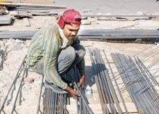وزارة العمل السعودية تتوعد مشغلي العمالة أوقات الذروة