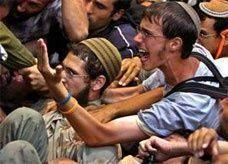 متطرفون يهود يشبهون القرآن الكريم بكتاب أدولف هتلر النازي