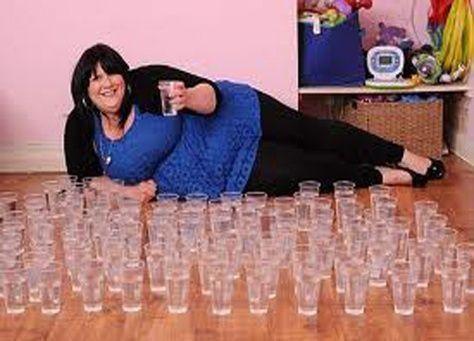 بريطانية تشرب 6 غالونات من المياه يوميا