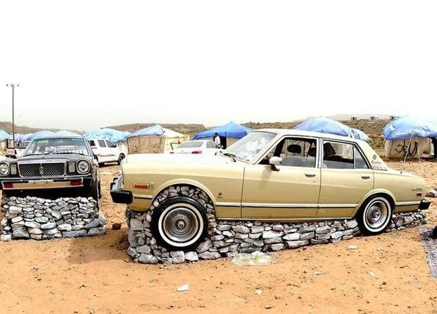 بالصور: تحجير السيارات هواية تجذب السياح وتستهوي الشباب السعودي