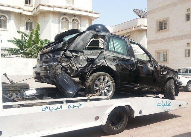 بالصور : الوليد بن طلال ينجو من حادث سيارة خطير بعد انقلاب سيارته