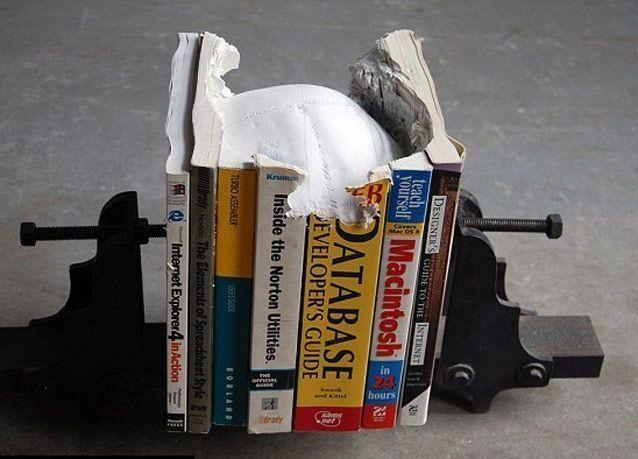بالصور: فنان كندي ينحت جماجم بشرية وهياكل عظمية من الكتب