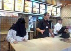 """جدل عى تويتر بسبب عمل السعوديات في مطعم """"هارديز"""" جدة"""