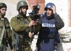 جنود إسرائيليون يضربون اثنين من مصوري رويترز