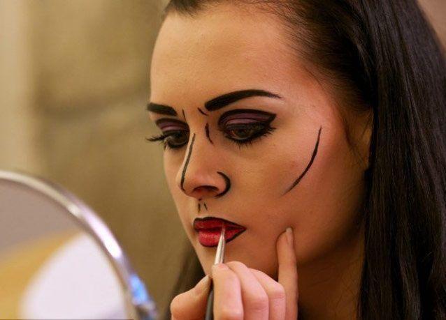 بالصور: شابة أمريكية تتحدى الخجل بتحويل نفسها لشخصيات هوليودية