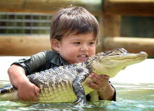 بالصور: صداقة مميزة بين طفل وتمساح