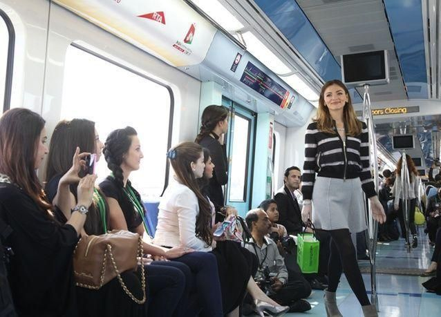 بالصور : عرض أزياء في مترو دبي