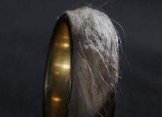 خاتم من الذهب مزين بجلد مصممه