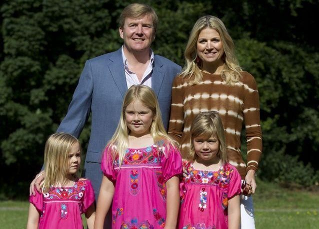 بالصور : تنازل ملكة هولندا عن عرشها لابنها
