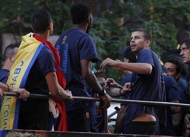 بالصور: بيكيه يتلقى صفعة من سونغ أثناء احتفالات فريق برشلونة