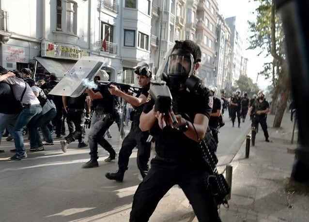 الشرطة التركية تقتحم متنزه في وسط اسطنبول