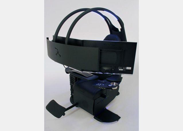 """بالصور: لقاء قرابة 50 ألف دولار، هل هو أغلى كمبيوتر في العالم؟ مكتب منزلي على طراز """"ستار تريك"""" بثلاثة شاشات"""