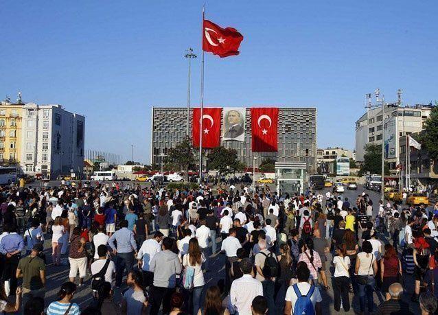 بالصور: متظاهروا تركيا يلجؤون الى الاحتجاج الصامت