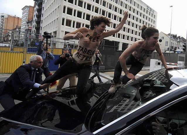 بالصور: عاريات الصدور يهاجمن رئيس وزراء تونس