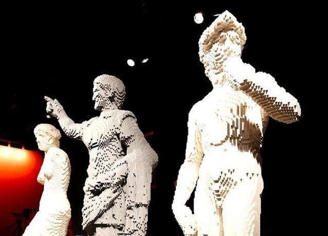 بالصور: فنان عالمي يبدع تماثيل من أحجار الليجو