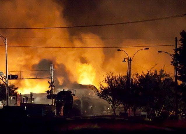 بالصور: انفجار قطار يحمل نفطاً خام في كندا