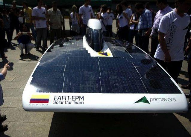 بالصور: الاستعداد لسباق السيارات التي تعمل بالطاقة الشمسية