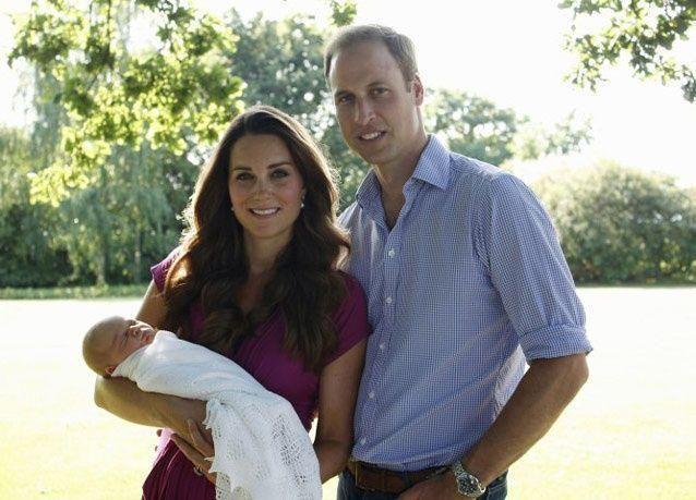 أول صورة رسمية للطفل الملكي مع والديه وليام وكيت