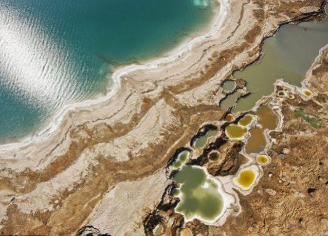 بالصور: انشقاق الأرض يوميا في البحر الميت