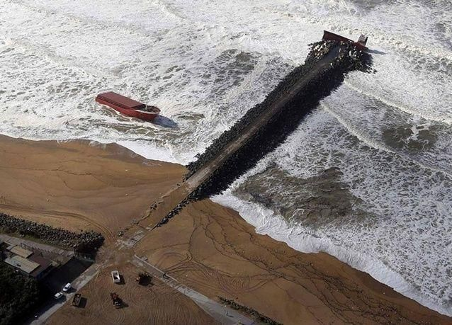 بالصور: انشطار سفينة شحن اسبانية بسبب الرياح العاتية