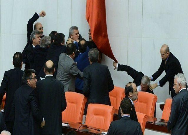 بعد مناقشات ساخنة، البرلمان التركي يزيد سيطرة الحكومة على القضاء
