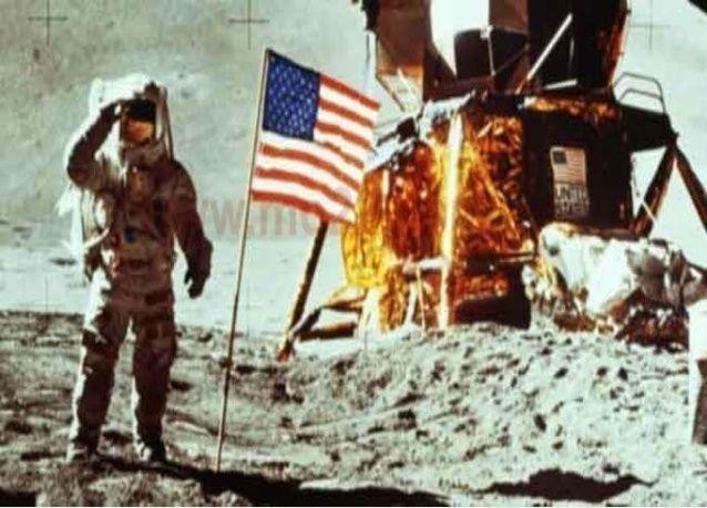 بزات ارتداها رواد فضاء أثناء أول رحلة إلى القمر تعرض للبيع في مزاد